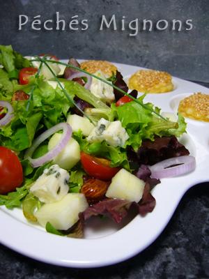 Salade, Entrée froide, Fromage, Roquefort, Oignons, Pommes, Tomates, Huile noisettes, Noisettes, Fruits secs, Facile, Rapide, Pâte feuilletée, Graines de sésame, Oeufs,